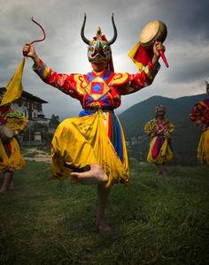 Bailarines con traje tradicional en el monasterio de Dechen Phodrang, en Bután. Character Design References, Character Art, My Little Pony Games, Wiccan, Pinterest Girls, Frozen In Time, Cool Masks, Buddha Art, Tibetan Buddhism