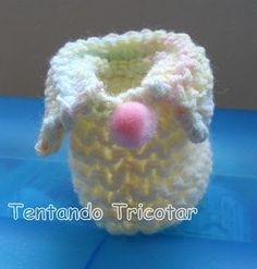 Tentando Tricotar: Sapatinho 2 cores muito fácil Slippers, Quilts, Baby, Pasta, Mini, Fashion, Knitted Baby Booties, Kitchen Things, Fuzzy Slippers