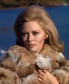 Isabel Costa : Faye Dunaway in London December Photos by Jean-Pierre Biot London In December, Faye Dunaway, 60s And 70s Fashion, Woman Movie, Hollywood Actor, Hollywood Actresses, Vintage Fur, The Vamps, Film Stills