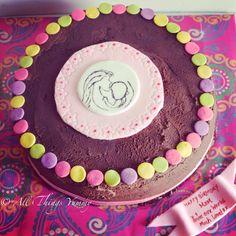A cake that captures one of the sweetest moments between a mom and a baby!! Clients idea :) #mom #atyummy #happybirthdaymom #momsbirthday #birthdaycake #chocolatecake #chocolatebuttercream #polkadots #momandbaby #baby #momkissingbaby #pink #designercake #nofondant