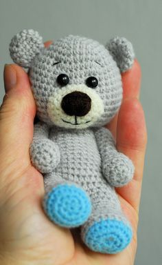 Kleiner Baby-Teddybär - Jzamell Teddy's & Co. - Leads For Amigurumi Crochet Teddy Bear Pattern, Crochet Patterns Amigurumi, Baby Knitting Patterns, Crochet Dolls, Free Knitting, Diy Teddy Bear, Knitted Teddy Bear, Teddy Bears, Cute Crochet