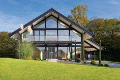 Bauen nach Maß. Moderne Neubauten, hergestellt in einem traditionellen Verfahren: Die Holzständerbauweise macht individuelle Hausentwürfe, beispielsweise mi...
