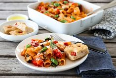 PASTAGRATENG MED CHERRYTOMATER OG MOZZARELLA Mozzarella, Pasta Salad, Risotto, Food Porn, Vegan, Baking, Ethnic Recipes, Easy, God