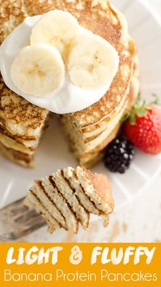 Light & Fluffy Banana Protein Pancakes are a healthy breakfast with 5 simple ingredients that taste amazing and fill you up! Egg whites, protein powder and ripe bananas make up these low-fat and low-c Protein Powder Pancakes, Banana Protein Pancakes, Protein Powder Recipes, Simple Protein Pancakes, Low Fat Pancakes, Low Calorie Pancakes, Banana Egg Pancakes, Paleo Pancakes, Superfood