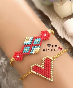 Kırmızı şıklığı ♥️🎈 Bilgi ve sipariş için Dm 👉🏻📱ulaşabilirsiniz 🛍 Bracelet Patterns, Beading Patterns, Bead Loom Bracelets, Handmade Beaded Jewelry, Girls Jewelry, Jewelry Accessories, Bijoux Diy, Seed Bead Jewelry, Loom Beading