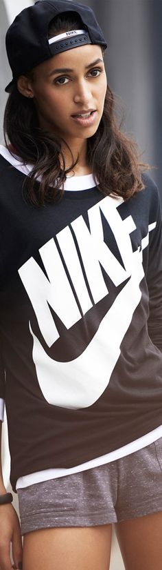 Casual comfort. Classic style. Let loose in the Nike Signal LS Tee.