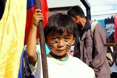 LOS NIÑOS ECUATORIANOS QUE VIVEN EN LA AMAZONÍA SE OPONEN AL TERRIBLE DAÑO DE SU HABITAT DEBIDO A LA EXPLOTACIÓN PETROLERA EN EL YASUNÍ.