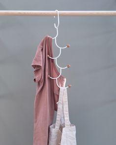 Får vi presentera hängaren ESTIQUE från Umbra - en snygg, smart och mycket hjälpsam vän i garderoben.