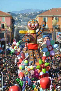 Nice : Des chars burlesques défilent sur la place Masséna lors du Carnaval - Culture - Citizenside France