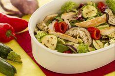 L'insalata di pollo e zucchine è un piatto fresco e leggero composto da verdure grigliate, pollo ai ferri e qualche foglia di insalata mista.