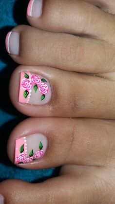 Pretty Toe Nails, Cute Toe Nails, Pretty Nail Colors, Toenail Art Designs, Pedicure Designs, Toe Nail Color, Toe Nail Art, Golden Nails, Floral Nail Art