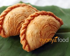 Curry Puff - Irresistible taste of Malaysia Read Recipe by edwinteoh Asian Snacks, Asian Desserts, Asian Recipes, Curry Recipes, Malaysian Cuisine, Malaysian Food, Malaysian Curry, Empanadas, Samosas