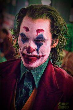 Joaquin Phoenix Transforms into The Joker While Filming Riot Scene!: Photo Joaquin Phoenix shares a devilish laugh on set the upcoming Joker movie on Saturday (September at the Bronx Subway Station in New York City. Joker Film, Joker Comic, Joker Art, Batman Art, Joaquin Phoenix, Gotham, Joker Phoenix, Dc Comics, Der Joker
