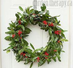 月桂樹とヒイラギの束を、リース台に一周させれば出来上がり。飾り付けをしなくても、素敵なクリスマスリースに。  ※赤い実の配分に気をつけて、固定しましょう。  【画像のリースの作り方は以下のリンク先へ】