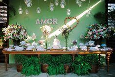 Decoração e flores: Érika Tavares Decoração. O casamento de Tatiane e Humberto foi publicado no Euamocasamento.com e as fotos são de Carol Bustorff. #euamocasamento #NoivasRio