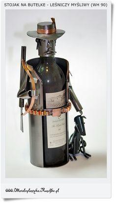 Metalowy stojak na butelkę wina. Prezent dla myśliwego - leśniczego. Hand made Polskie rękodzieło