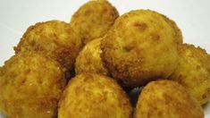 These classic Italian risotto balls with a filling of veal ragù (you can also fill them with small pieces of mozzarella) are a great antipasto. The only problem is they're so delicious, it's easy to eat a few too many before the meal! Italian Recipes, Italian Foods, Italian Pasta, Italian Cooking, Cooking Recipes, Beef Recipes, Savoury Recipes, Yummy Recipes, Arancini Recipe