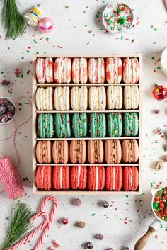 The Ultimate Christmas Macaron box - this cookie box is filled with the flavours of Christmas - Candy Cane, Eggnog, Christmasfetti, Gingerbread, and cranberry. Christmas Candy, Christmas Desserts, Christmas Treats, Christmas Baking, Christmas Cookies, Christmas Time, Food Christmas Presents, Christmas Macaron Recipe, Macarons Christmas