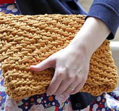 Free Knitting Pattern for Herringbone Foldover Clutch Super bulky fabric yarn in an easy stitch gives Heidi Gustad's design durability and style. Loom Knitting Patterns, Knitting Stitches, Free Knitting, Knitting Projects, Crochet Patterns, Foldover Clutch, Clutch Bag, Knitted Bags, Knit Bag