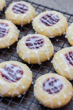 Raspberry Almond Thumbprint Cookies are perfect buttery shortbread cookies filled with raspberry jam and drizzled with glaze. Best Thumbprint Cookies, Raspberry Thumbprint Cookies, Chocolate Thumbprint Cookies, Chocolate Chip Cookies, Rasberry Cookies, Almond Cookies, Almond Cupcakes, Banana Cupcakes, Jam Recipes