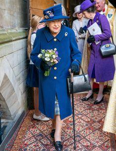 Queen Elizabeth mit Gehstock Royal Uk, Royal Queen, Royal Life, Royal House, Royal Monarchy, Royal Family Pictures, Die Queen, Royal British Legion, Short Grey Hair