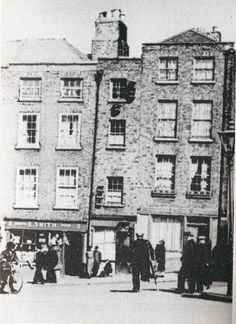 The narrowest house in Dublin, ( winetavern st) note the Sailor on crutches Ireland 1916, Dublin Ireland, Old Pictures, Old Photos, Vintage Photos, Irish Independence, Dublin House, Dublin Street, Photo Engraving