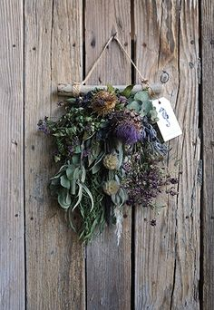 Christmas Planning, Christmas Mood, Christmas Wreaths, Xmas, Dried Flower Arrangements, Dried Flowers, Evergreen Flowers, Corona Floral, Woman Painting