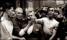 A punição das francesas que colaboraram com os nazistas Por toda a França, de 1943 ao início de 1946, cerca de 20 mil mulheres de todas as idades e de todas as profissões tiveram suas cabeças raspadas. Entre o executores  se encontravam membros da Resistência, os que tomaram parte na luta no momento da Libertação e cidadãos que vieram para a rua cheios de coragem, uma vez que os alemães haviam deixado o país. Se, em última instância, eram os homens que manuseavam a tesoura e os cortadores, a…
