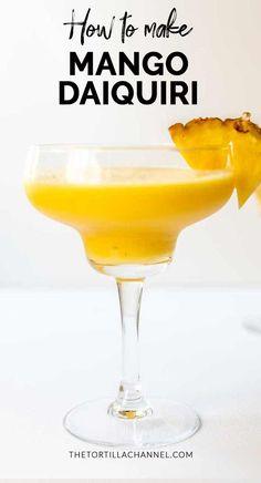 Today we make the mango daiquiri cocktail that we make with fresh pineapple and lemon but also Bacardi and lots of crushed ice. Mango Cocktail, Daiquiri Cocktail, Cocktail Night, Cocktail Drinks, Mango Daiquiri, Frozen Daiquiri, Frozen Drinks, Strawberry Daquiri, Coffee Milkshake