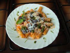 Pasta  Maccheroni   tomate  aubergine  frits basilique   et  grana   fromage  Gino D'Aquino