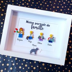 Un joli portrait de famille tout en simplicité et épuré ! Composer les figurines de votre portrait de famille sur LesPortraitsdeFelie.com ! #LesPortraitsdeFelie #Famille #Cadeau #Cadre #Portrait #personnalisé #personnalisable #Minifigs #AFOL #geek #original #atypique #cadeauatypique Frame, Make Picture Frames, Father's Day, Family Portraits, Picture Frame, Pretty, Frames