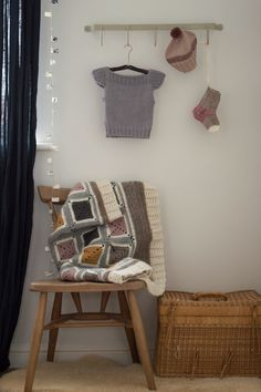 it is actually the hanging vertical banner that I would like to make....... perhaps with bursts of color for kiddo room