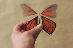 Dans une carte de souhait, le papillon s'envole quand on l'ouvre. Papillon mécanique | La cabane à idées