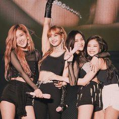 left to right Lisa Black Pink, Black Pink Kpop, Divas, Kim Jennie, Yg Entertainment, South Korean Girls, Korean Girl Groups, Foto Rose, Blackpink Photos