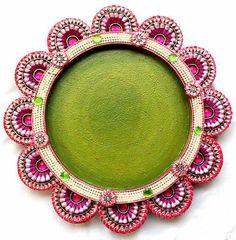 Pink and green platter Thali Decoration Ideas, Diwali Decorations, Festival Decorations, Diwali Craft, Diwali Gifts, Janmashtami Decoration, Acrylic Rangoli, Ganapati Decoration, Rajasthani Art