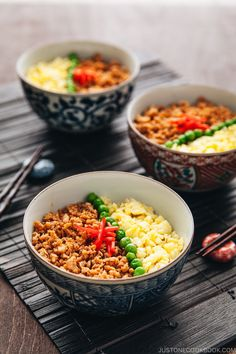 This easy soboro don recipe consists of ground chicken sauteed with soy sauce, mirin, sake, complemented with eggs and green peas over rice. Healthy Japanese Recipes, Asian Recipes, Healthy Recipes, Vietnamese Recipes, Easy Chicken And Rice, Chicken Rice Bowls, Chicken Eggs, Japanese Dishes, Japanese Food