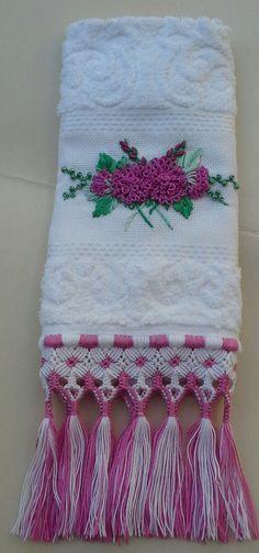 Toalha+de+lavabo+finamente+bordada+à+mão+com+passamanaria+motivo+de+flores+e+acabamento+em+macramé.