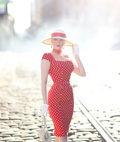 I'm starting the week with some springtime sun, cherry red, & polka dots. Today's look is one that I could wear every day. Vintage Style Dresses, Blouse Vintage, Vintage Outfits, Rockabilly Fashion, 1950s Fashion, Vintage Fashion, Trajes Pin Up, Fashion Show, Girl Fashion