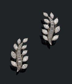 CARTIER Paire de clips d'oreilles en or gris 18K (750) et platine (950). Les feuilles sont serties de diamants navettes et de diamants baguettes.