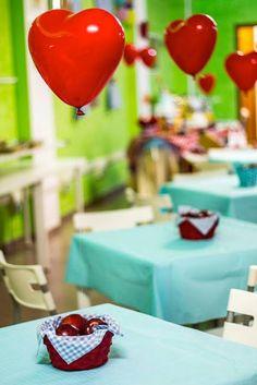 Olá, famílias sortudas!     Findou-se a época em que festas infantis tinham que ter aquele painel hediondo na mesa do bolo, aquela overdo...