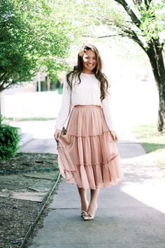 Gorgeous feminine pleated midi skirt outfits ideas for winter 05 Midi Rock Outfit, Midi Skirt Outfit, Pleated Midi Skirt, Gathered Skirt, Midi Skirts, Lace Skirt Outfits, Dress Skirt, Lace Outfit, Swag Dress