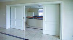 Weiße Stiltüren bedeuten Eleganz. Die Türserie ANTIK beeindruckt durch das Zusammenwirken der echt abgeplatteten Füllungen, den aufwändigen Füllungsprofilen und den Bekleidungsstäben (in Kombination mit profilierter Zierbekleidungsinnenkante und Türblattkante als Ausführung Exquisit und Super). Ob im Altbau mit hohen, stuckverzierten Decken oder im modern eingerichtetem Ambiente, ANTIK wirkt elegant.