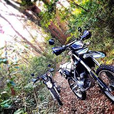 【kanaderuhito】さんのInstagramをピンしています。 《冬とバイク  冬は走れたら、もうけもの。 暖かな陽射しは、ご褒美。 雪深い地域の人を思い、 そんな気持ちで心をおさめつつも 結局いつでも乗りたくて、 大体いつでも乗っています。  #林道 #森林 #森 #木々 #klx #Kawasaki #バイク #セロー #YAMAHA #セロー250 #serow #serow250 #オフロードバイク  #ツーリング  #バイク #bike #KLX250 #オフロード #自然 #日本  #田舎  #緑 #ig_japan》