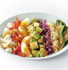 カラフルなコブサラダは、見た目もオシャレなだけでなく、美容にも最適!今回は基本のカラフルコブサラダレシピから、アレンジレシピまでご紹介します。