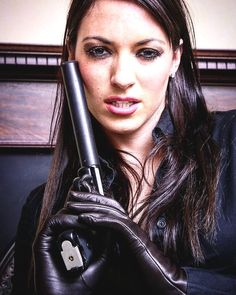 Tight Leather Pants, Leather Gloves, Female Assassin, Bonnie Clyde, Portraits, Hot Girls, Beautiful Women, Guns, Lady