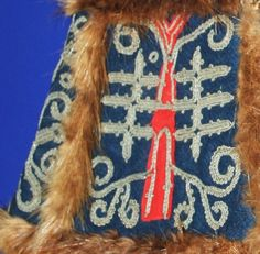 Sami pewter embroidery pattern on a mitten with fur. Folk Clothing, Clothing And Textile, Bone Jewelry, Folk Costume, Costumes, Tribal Fusion, World Best Photos, Religious Art, Traditional Dresses