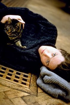 Hugh Grant et son chat Crazy Cat Lady, Crazy Cats, I Love Cats, Cool Cats, Patricia Highsmith, Celebrities With Cats, Celebs, Men With Cats, Animal Gato