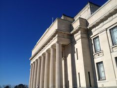 Auckland War Memorial Museum outside showcasing the ionic columns influenced by Ancient Roman Architecture.