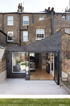 Victorian Family House in London Gets Fresh Redesign 15 Brick Extension, House Extension Design, Rear Extension, House Design, Extension Ideas, Victorian Terrace House, Victorian Home Decor, Victorian Homes, Victorian House London