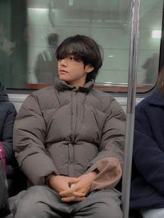 Taehyung on the subway Jungkook ★ BTS Weverse 200111 Taehyung Selca, Jhope, Yoongi Bts, Hoseok Bts, Bts Jungkook, Daegu, K Pop, Foto Bts, Admirateur Secret
